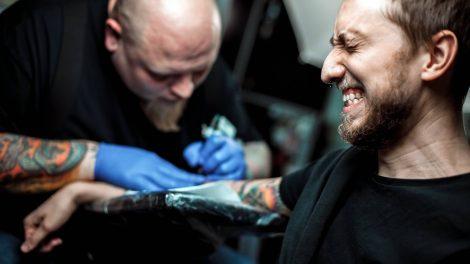 como aguentar a dor da tatuagem